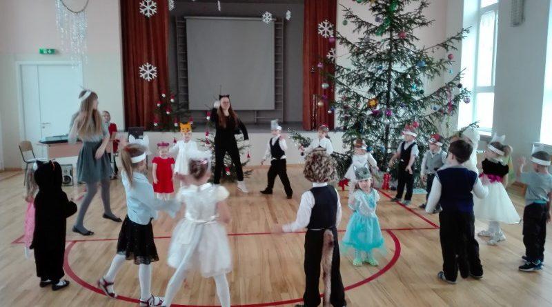 """Ziemassvētku eglīte Kalupes pamatskolā """"Uzdāvini prieku!"""""""